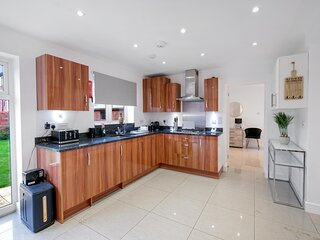 Luxury 5 bedroom Serviced House Leavesden With 4 Bathrooms and Parking