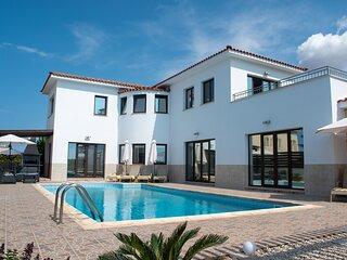 FANTASTIC 4 Bedroom Luxury Villa 5 Minute Walk to Beach