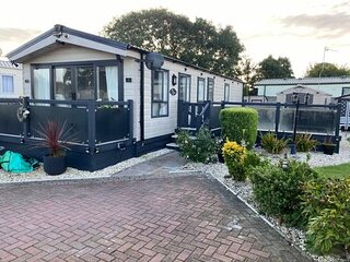2 Bed Luxury Lodge Style with decking & beautifully landscaped garden
