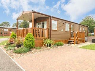 18 LAKE VIEW, open-plan living, Cawston 2 miles, decking with furniture