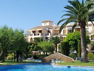 Atico de tres dormitorios con orientacion sur y vistas a la piscina