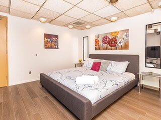 Modern Studio Apartment with King Bed, Near Downtown Ottawa!