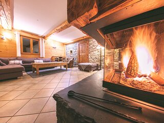 Stunning 5-Bed Chalet With Jacuzzi and open fire