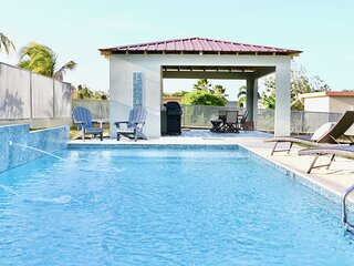 New Large Saltwater Pool-Quiet Area 5 mins to the Beach!