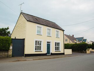 STATION HALL, detached property, enclosed garden, pets welcome, WiFi, in