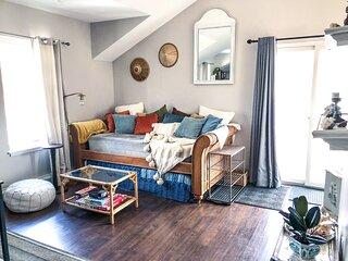 Cozy Bohemian Style Mountain Apartment - 5 minute walk to town