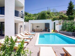VILLA CVITA is a modern 5-bedroom villa with a Jacuzzi, a Gym and Finnish Sauna