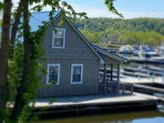 Floating 'Nantucket' Cottage on the River, holiday rental in Savanna