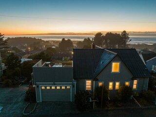 Pure Coastal Perfection, Expansive Views, Huge Deck, Hot Tub, BBQ, Golden Tee, O