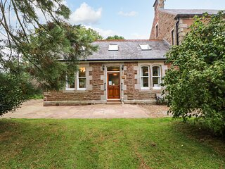 HOLLY LODGE, woodburner, WiFi, pets welcome, private patio, in