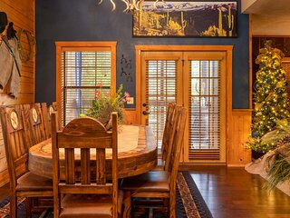 Hang Your Hat! Cowboy Themed 2BR+L Walk-in w/ Fireplace in the Heart of Branson