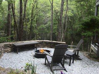Hawk's Nest Retreat- Spacious - Hot tub - Wood Burning Fireplace - Mountain View