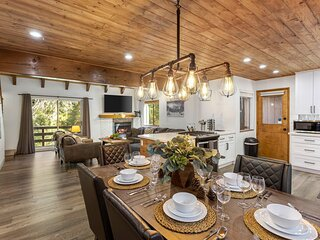 NEW LUXE CABIN 3 level, 3,000 sqft, 2 Masters, Pool Table, 2 Decks, Creek, AC