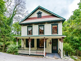 Enchanting Cottage, Center of Historic Downtown!