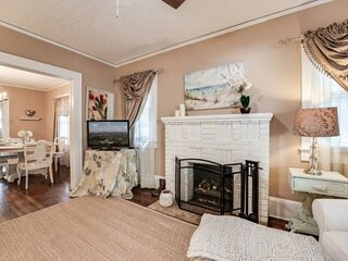 New Listing: Relaxing, Quiet Neighborhood, WIFI, BBQ, Historic Features, Wood Fl