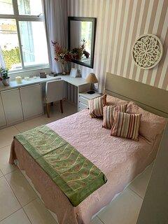 1o.quarto:cama de casal, armariis,cortina corta luz, vent teto,smart tv, split, descansador mala