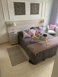 2o. Quarto:Suite com cama Queen,armários,vent teto, split, cortina corta luz, smart tv com tv a cabo