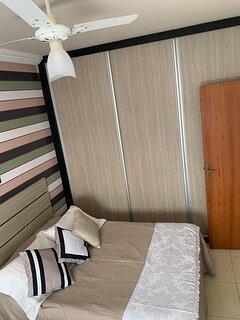 3o. Quarto: 2 camas casal, armários, smart tv, descandor malas, vent teto, split, persiana corta luz