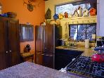 The Knot Hole Vacation Rental with Full Kitchen