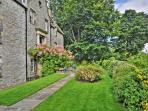 Country living near the heart of the city - Pilrig House's front garden