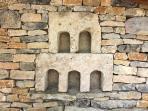 Décoration dans le mur en pierre du SPA et sauna