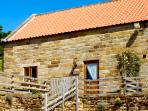 THE OLD CART HOUSE, pet friendly, character holiday cottage, with a garden in Farndale, Ref 1392
