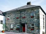 TY CAPEL, pet friendly, character holiday cottage, with a garden in Llanberis, Ref 1027