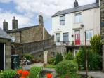 PASTURE COTTAGE, character holiday cottage, with a garden in Embsay, Ref 2082