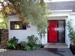 Red Door Cottage - Peaceful City Haven