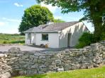 CNOC DUBH COTTAGE, family friendly, country holiday cottage, with open fire in K
