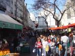 Daily fresh streetmarket (1mn from apt)