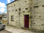 3 PRIMITIVE MEWS, family friendly, character holiday cottage, with a garden in Chelmorton, Ref 4440