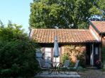 BLUEBELL STUDIO, romantic, country holiday cottage, with a garden in