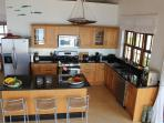 Comprehensively equipped kitchen and breakfast bar