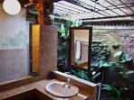 Murni\'s Houses - The House - Bedroom1 - en suite bathroom