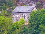 PENLLWYN, pet friendly, character holiday cottage, with open fire in Tanygrisiau, Ref 7254