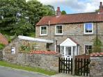 POUND COTTAGE, romantic, character holiday cottage in Kirkbymoorside, Ref 8501