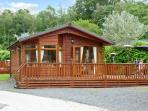 LANGDALE LODGE 15, on-site swimming pool, shore of Lake Windermere, deck with fu