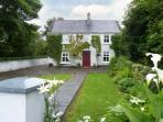 IVY HOUSE, detached cottage, near fishing lake, multi-fuel stove, enclosed garden and orchard, in Loughrea, Ref 17935