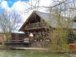 WOODPECKER LODGE, wooden lakeside lodge, hot tub, veranda, fishing, golf, pool in Tattershall, Ref 19267
