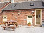 COACHMAN'S COTTAGE, woodburner, off road parking, gravelled garden, in Bradnop,