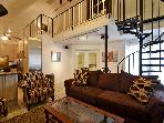 Great location sleeps 10! 2 blks to Conv. Ctr +6th