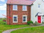 THE POPPIES, romantic self-catering apartment, shared on-site facilities, inc. indoor heated pool, off road parking, near Filey, Ref 21763