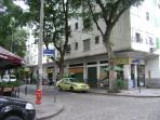 Ponto de táxi cooperativado na esquina da rua Senador Correa.