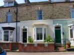 ROCKTON HOUSE, mid-terrace Victorian cottage, yard with furniture and BBQ, in Whitby, Ref 25504
