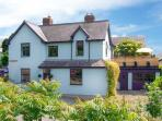 THE OLD MANSE, detached Victorian cottage, hot tub, pets welcome, open fire and