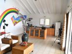 Ruime woonkamer met open keuken, die van alle gemakken is voorzien.