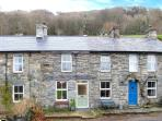 DRAPERS COTTAGE, mid-terrace cottage, woodburner, enclosed patio, walks from door, near Portmeirion, Ref. 18599