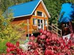 The Mackenzie Cabin is only 40 meters from the shore of Griffin Lake and offers beautiful views.
