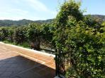 Terraza de entrada a la casa. Vistas a la montaña